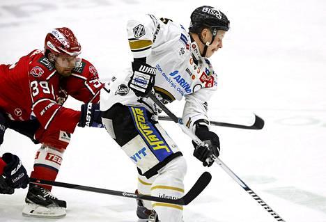 HIFK:n Arttu Luttinen (vas) yrittää hidastaa Kärppien Lasse Kukkosta tiistain ottelussa.