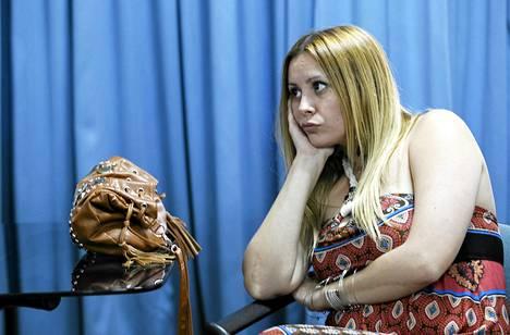 Silikoni-implantit itselleen laitattanut Gabriela Rolon odottaa päästäkseen neuvottelemaan kirurgien kanssa toimenpiteistä Buenos Airesissa.