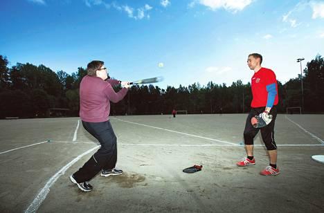 Osuuko? Sami Takala testasi pesäpallotaitojaan Espoossa. Lukkarina Antti Kalliomäki.