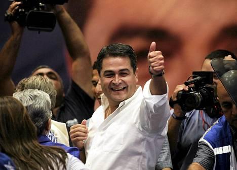 Juan Orlando Hernández julistautui uudeksi presidentiksi.
