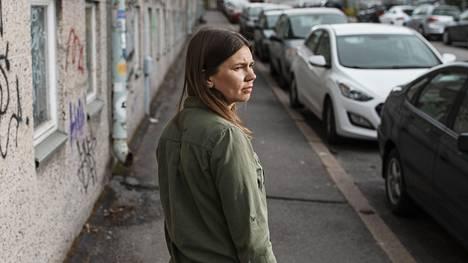 Kaupunkiviestinnän tutkija Annaliina Niitamo on alkanut kävellä teollisuus-Vallilassa ja nähdä kotikulmiaan uudella tavalla.