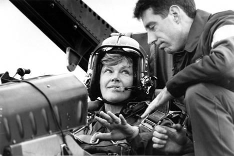 Puolustusministeri Elisabeth Rehn (r) Hornetin kyydissä Turussa elokuussa 1992.