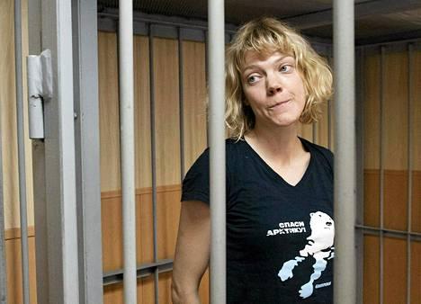 Greenpeace Internationalin suomalaisaktivisti Sini Saarela oikeuden kuultavana Murmanskissa syyskuun lopussa.