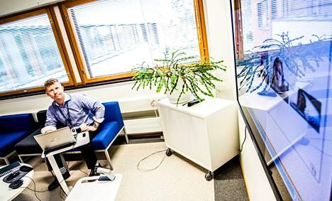 Tommi Linnan työpaikalla monet palaverit käydään digitaalisen pöydän ääressä. Kaukaisimmat osanottajat voivat olla jopa 10 tunnin aikaeron päässä.
