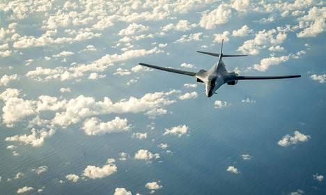 Kaksi Yhdysvaltain ilmavoimien ääntä nopeampaa B-1B-pommikonetta lensi lauantaina Korean niemimaan yli vastatoimena Pohjois-Korean ohjuskokeelle.