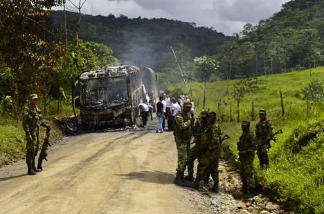 Kolumbialaiset sotilaat seisovat bussin luona, johon kansallisen vapautusarmeija ELN:n joukot hyökkäsivät vuonna 2016.