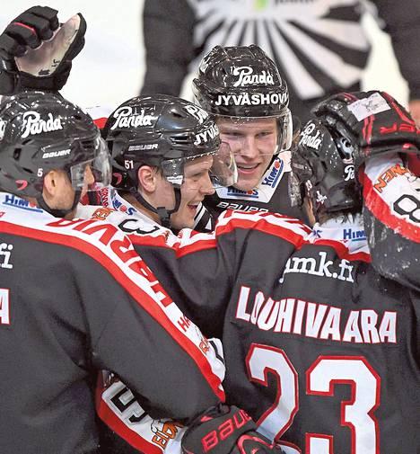 JYPin pelaajat juhlivat Kristian Näkyvän (kuvassa keskellä) tekemää voittomaalia. Sen ansiosta ottelusarja jatkuu jo lauantaina Jyväskylässä.