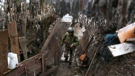 Ukrainalainen sotilas kävelemässä juoksuhaudassa keskiviikkona Horlivkan kaupungin lähellä Donetskin alueella Itä-Ukrainassa.