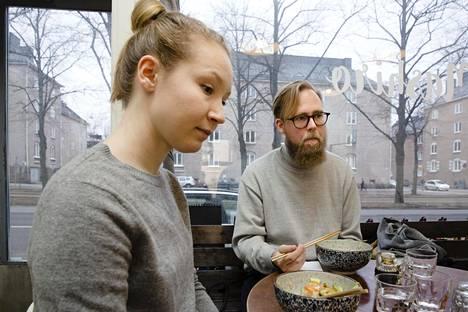Vallilassa lounasta nauttivat Heini ja Valtteri Färkkilä muuttivat Harjuun viime syyskuussa kaupunkikulttuurin perässä. Juristina työskentelevä Heini ja It-alan firmassa asiakkuuspäällikkönä työskentelevä Valtteri edustavat Kallion ja Vallilan alueen nuorta, koulutettua ja hyvin toimeentulevaa asukaskuntaa.