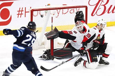 Ottawa Senatorsin ruotsalaisvahti Marcus Högbergillä ei ollut mahdollisuuksia estää Patrik Laineen ylivoimahyökkäyksestä syntynyttä kolmatta maalia.