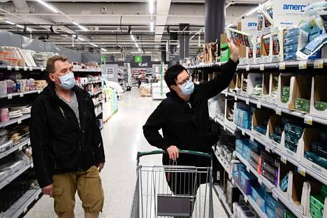 Jaakko ja Sari Tuukkanen käyttivät jo viime syyskuussa kasvomaskia käydessään ostoksilla Hertsin Prismassa.
