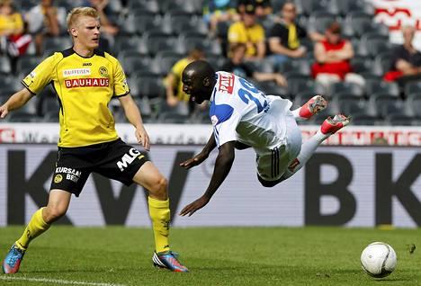 Young Boysin Juhani Ojala (vas.) taisteli pallosta Lausannen Matt Moussiloun kanssa Sveitsin liigan ottelussa.