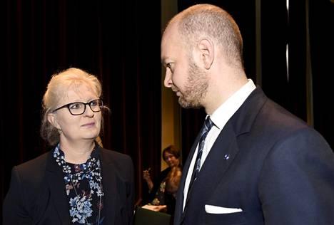 Varatuomari Jaana Paanetoja ja kulttuuriministeri Sampo Terho opetus- ja kulttuuriministeriön elokuva-alan häirintää selvittävän raportin julkistustilaisuudessa Helsingissä keskiviikkona.