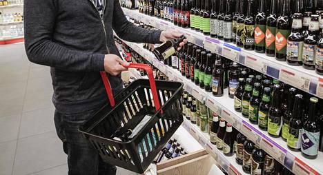 Kokoomuksen puoluehallituksen mukaan kaikki alkoholijuomat voidaan siirtää luvanvaraiseen vähittäismyyntiin.