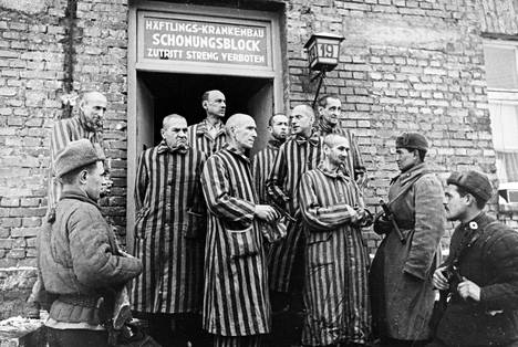 Puna-armeijan sotilaat vapauttivat Auschwitzin keskitysleirille pikaisesta evakuoinnista huolimatta jääneet vangit Puolassa tammikuussa 1945.