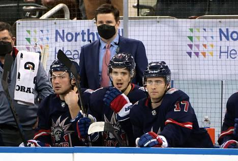 Apulais-GM Chris Drury tuurasi maaliskuussa Rangersin valmentajia, jotka olivat sivussa koronaltistumisen takia.