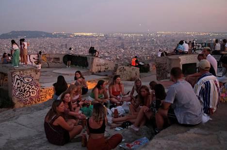 Turisteja ja paikallisia kokoontui näköalapaikalle Barcelonassa torstaina.