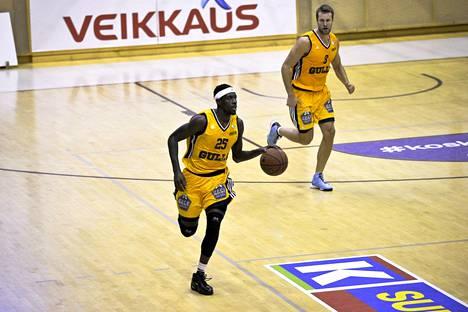 Seagullsin James Sinclair (vas.) ja Tmo Heinonen vauhdissa miesten koripallon Korisliigan ottelussa Kauhajoen Karhua vastaan.