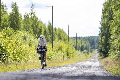 Matkaa Suomen ympäri Palosaari ajaa gravel-pyörällä, joka sopii erilaisille tienpinnoille.