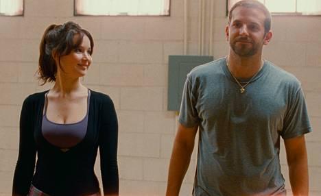 Jennifer Lawrence ja Bradley Cooper tekevät kriitikon mielestä hienoa työtä elokuvan pääosissa.