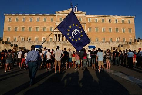 Ihmiset osoittivat mieltä euron valuutassa pysymisen puolesta Ateenassa torstaina.