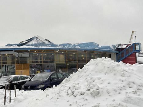 Esport Arenan katto painui kasaan lumen painosta keskiviikkona 13.1.2021.