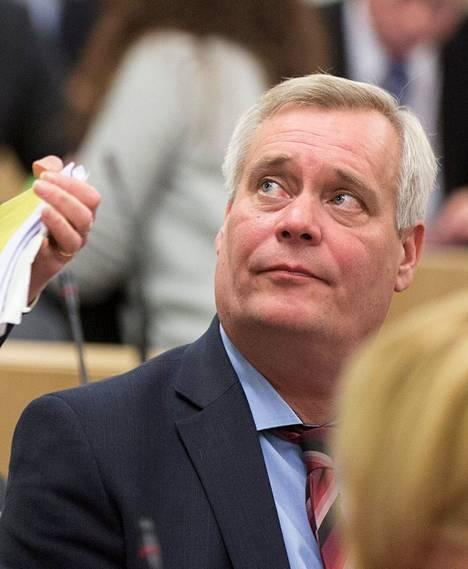 Sdp:n puheenjohtaja Antti Rinne vertasi hallituksen toimia hölmöläisten touhuihin.
