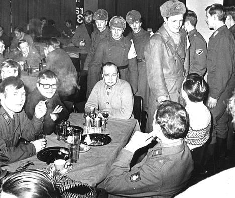Varusmiesten alkoholin käyttöä ja käyttäytymisiä kaupungilla valvoo järjestyspartio. Ylikersantti A. Ylätalon johtama partio vierailemassa eräässä varusmiesten suosimassa lappeenrantalaisessa ravintolassa.