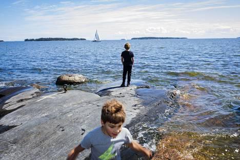 Otso ja Aarni Soppela hyödyntävät Uutelan Särkkäniemen kallioita parkour-hyppelyyn.