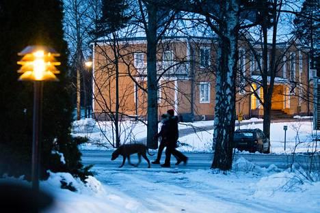 Puolustusvoimien tiedustelukoulu toimii Tuusulassa muun muassa Vihmalan keltaisessa puutalossa järven rannalla.