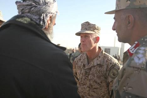 Vara-amiraali Robert Harward (keskellä) tapasi paikallisia viranomaisia Afganistanissa tammikuussa 2011.