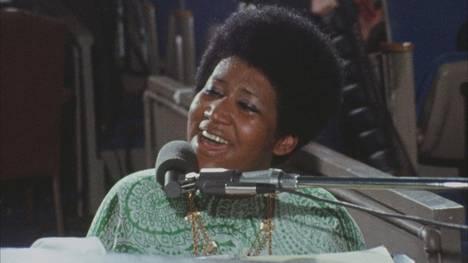 Tammikuussa 1972 Aretha Franklin esiintyi kahtena iltana Los Angelesissa baptistikikirkossa levyä ja elokuvaa varten. Levy Amazing Grace oli tuoreeltaan menestys, elokuva sai ensi-iltansa vasta 2018. Toisen illan huippu oli gospel Never Grow Old, jonka Franklin tulkitsi pääosin yksin, ilman yhtyettä ja kuoroa.