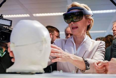Ursula von der Leyen tutustui tekoälynäyttelyyn Brysselissä tiistaina.
