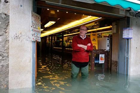 Mies seisoi ravintolan sisäänkäynnillä Venetsiassa sunnuntaina.