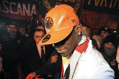 Englannissa ristiriitaisia tunteita herättänyt Mario Balotelli saa uuden mahdollisuuden Milanissa.