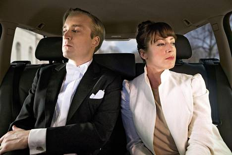 Magnus (Andreas T Olsson) ja Alice (Jennie Silverhjelm) matkustavat paljon taksilla.
