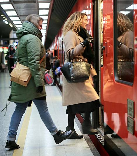Talvikki Lehtomäki (vas.) ja Heidi Koskela nousivat metroon Hakaniemessä. He haluaisivat tietää, kuinka suuri summa verotuksessa kertyisi juuri heille, ennen kuin osaavat ottaa kantaa asiaan.