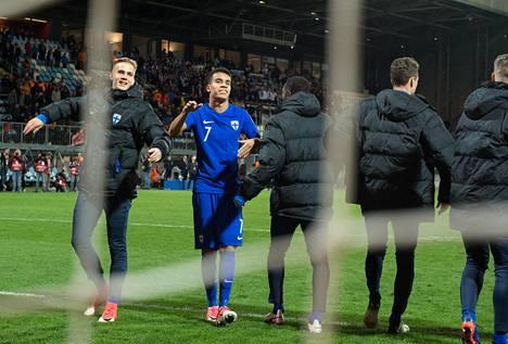 Pyry Soiri (toinen vas.) kiitti Suomen kannattajia Kroatia–Suomi-ottelun jälkeen.