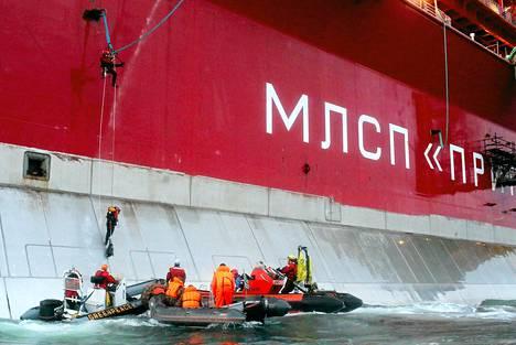 Greenpeacen aktivistit nousivat aamulla Gazpromin omistamalle öljynporauslautalle.