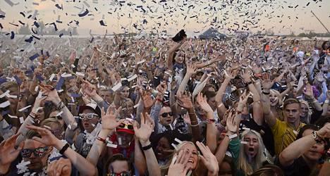 Yleisöä seuraamassa Armin van Buurenin keikkaa Weekend-festivaalilla 2013.