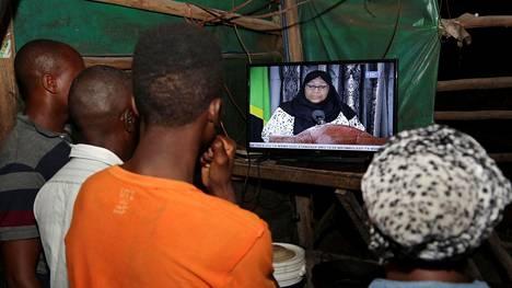 Tansanialaiset seurasivat keskiviikkona televisiosta, kun John Magufulin kuolema ilmoitettiin. Kuolinilmoituksen luki televisiolähetyksessä nyt virkavalansa vannonut Samia Suluhu Hassan.