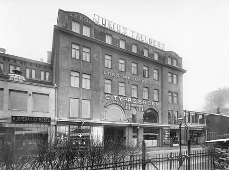 Tallbergin liiketilat ulottuivat Aleksanterinkadulta korttelin läpi Kaivokadulle saakka.