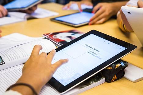 Tuoreen tutkimuksen mukaan uudet opetusmenetelmät vaativat koululaiselta valmiuksia, joita hänellä ei välttämättä vielä ole. Lisäksi digilaitteet voivat ohjata huomiota pois varsinaisesta oppimisesta.
