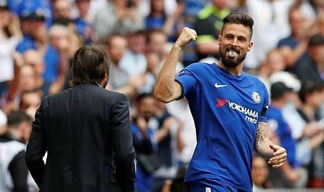 Olivier Giroud juhli maaliaan Chelsean päävalmentajan Antonio Conten kanssa.