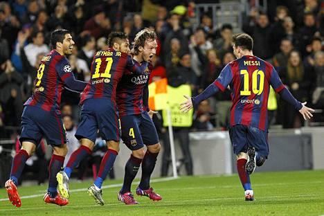 Ivan Rakitić (toinen oik.) teki Barcelonan maalin Mestarien liigan ottelussa Manchester Cityä vastaan. Rakitić sai onnittelijoikseen Luis Suárezin (vas.), Neymarin ja Lionel Messin.