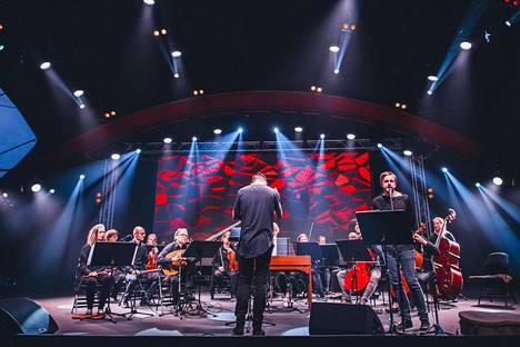Teitur (edessä oik.) lauloi Nico Muhlyn (kesk.) johtaman Suomalaisen barokkiorkesterin solistina.