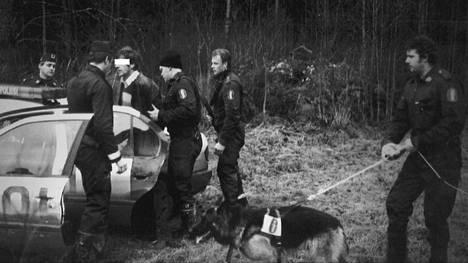 Vuonna 1991 sivullinen lähti ryöstäjän perään Suodenniemellä, kun ryöstäjä kääntyi ja ampui haulikolla seuraajansa. Porilainen koirapartio pidätti epäillyn. Poliisikoira Aku löysi väsyneen miehen kuusen alta.