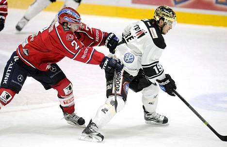 HIFK:n Jason DeSantis (vas.) ja TPS:n Francis Pare panivat torstaina parastaan kentällä. HIFK palkittiin pelissä kolmella pisteellä ja yleisö makkaralla.