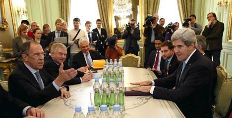 USA:n ulkoministeri John Kerry (oik.) ja Venäjän ulkoministeri Sergei Lavrov tapasivat Venäjän suurlähettilään asunnossa Pariisissa keskiviikkona.
