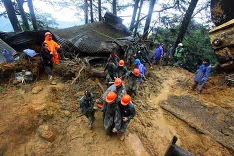 Pelastustyöntekijät kantoivat paareilla mutavyöryn uhreja Baguion kaupungissa Filippiineillä sunnuntaina.
